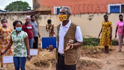 """William Brown, ADRA's country director in Ghana, explains its """"climate-smart"""" vegetable production initiative implemented by the agency and local partners to help women in the country. Photo courtesy: ADRA in Ghana."""