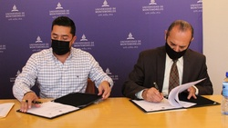 Jonathan Sánchez Quintanilla (left), president of the General Terán Municipal District in Nuevo León, Mexico, signs a memorandum of agreement next to Ismael Castillo (right), president of Montemorelos University, during a meeting on October 5, 2021. [Photo by Montemorelos University]